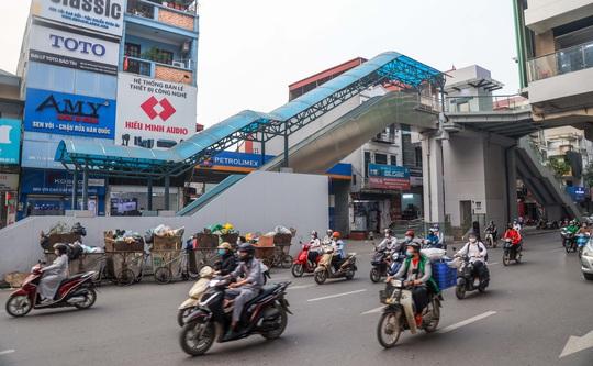 Cận cảnh cây xăng phải đóng cửa vì nguy cơ mất an toàn đường sắt Cát Linh-Hà Đông - Ảnh 5.