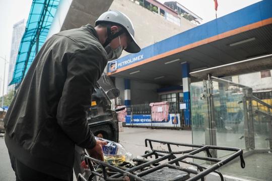 Cận cảnh cây xăng phải đóng cửa vì nguy cơ mất an toàn đường sắt Cát Linh-Hà Đông - Ảnh 14.