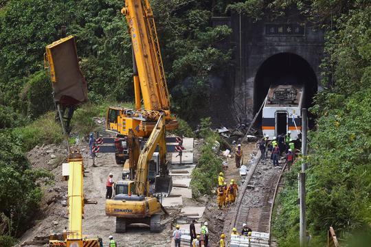 Phút định mệnh trong vụ tai nạn tàu hỏa Đài Loan - Ảnh 1.