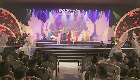 Bằng Kiều – Minh Tuyết hòa nhịp cùng hàng ngàn khán giả xứ Thanh trong đêm nhạc Chuyện tình yêu - Ảnh 10.