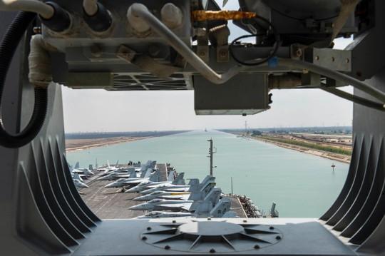 Nhóm tàu sân bay Mỹ lần đầu qua kênh đào Suez sau giải tỏa - Ảnh 1.