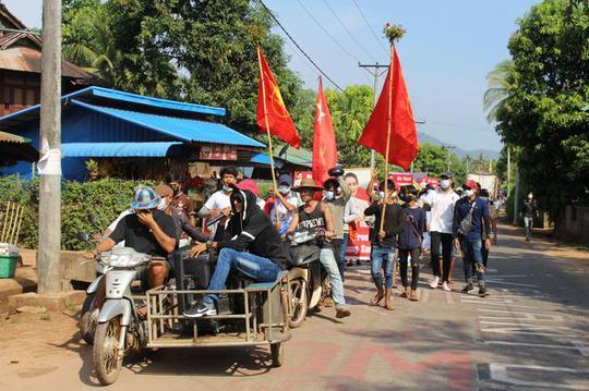 Quân đội Myanmar bắn người biểu tình, 1 nhà máy bị đốt - Ảnh 1.