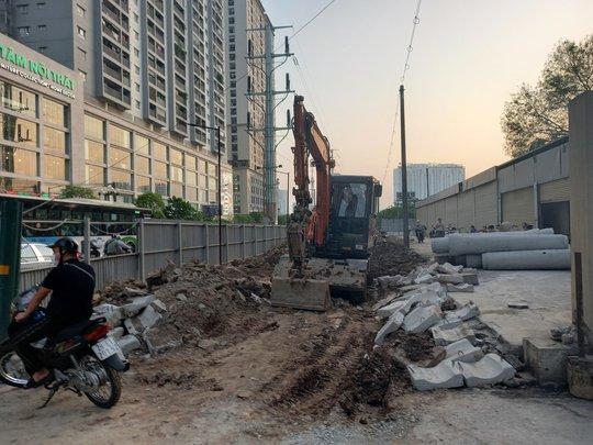 Thực hư vụ đào được người đàn ông dưới hố sâu 2 mét ở Hà Nội - Ảnh 2.