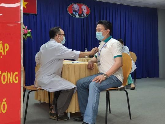 TP HCM tiêm vắc-xin Covid-19 cho nhân viên chống dịch - Ảnh 2.