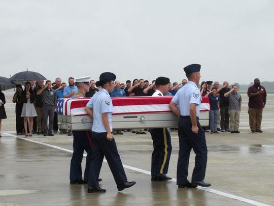 Tưởng niệm 20 năm tai nạn trực thăng làm 16 người tử nạn khi tìm kiếm người Mỹ mất tích - Ảnh 1.
