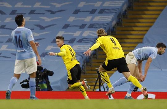 Cộng đồng mạng sốc với trọng tài, Man City thoát hiểm trước Dortmund - Ảnh 5.