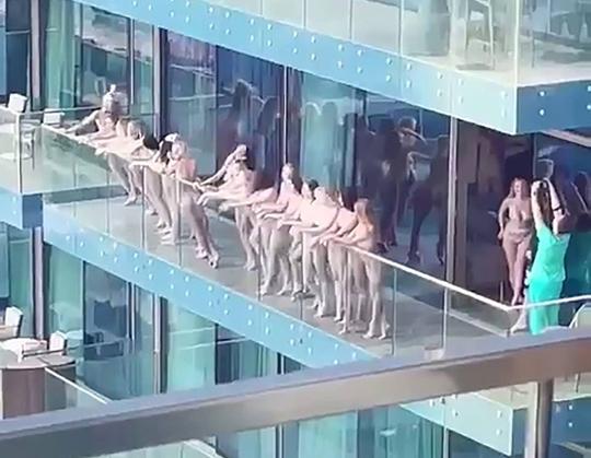 Clip: 40 người mẫu bị hốt vì khỏa thân ở ban công - Ảnh 2.