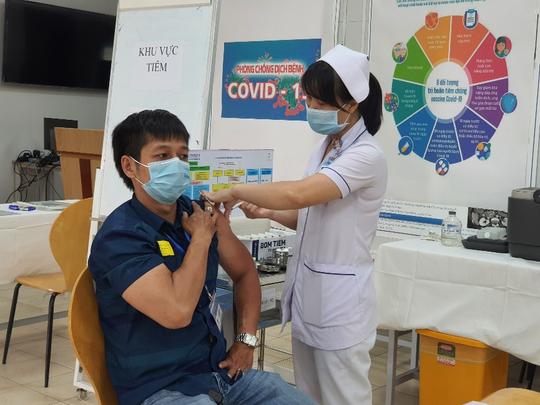 TP HCM tiêm vắc-xin Covid-19 cho nhân viên chống dịch - Ảnh 1.
