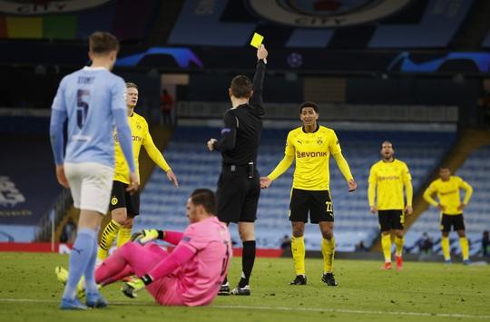 Cộng đồng mạng sốc với trọng tài, Man City thoát hiểm trước Dortmund - Ảnh 1.