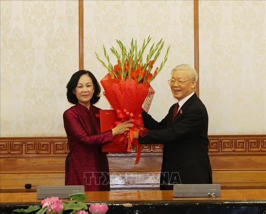 Tổng Bí thư trao quyết định phân công bà Trương Thị Mai làm Trưởng ban Tổ chức Trung ương - Ảnh 1.