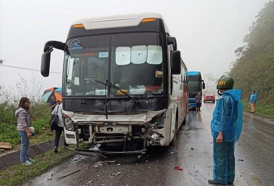 Xe khách tông xe 4 chỗ văng khỏi đường, 2 người tử vong tại chỗ - Ảnh 1.