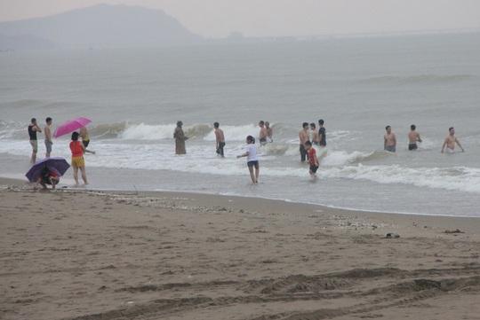Nghỉ học, rủ nhau xuống biển tắm, 2 học sinh bị sóng cuốn - Ảnh 1.