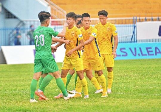 HLV Dương Hồng Sơn ngồi ghế nóng CLB Quảng Nam - Ảnh 1.