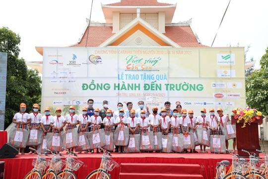 Caravan Vượt sóng Côn Sơn tặng xe đạp, học bổng cho hàng trăm học sinh nghèo - Ảnh 1.
