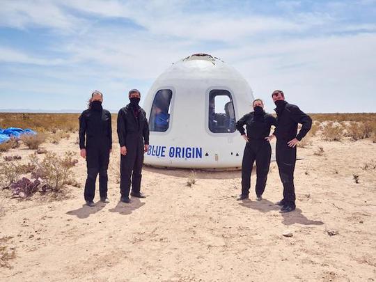 Tỷ phú Jeff Bezos chuẩn bị bán vé du lịch vũ trụ - Ảnh 1.