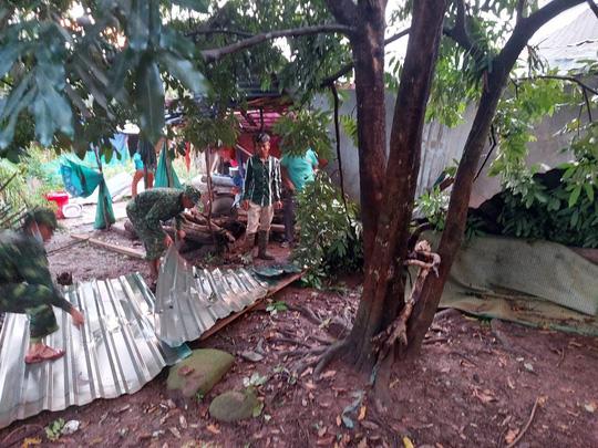 Chùm ảnh: Lốc xoáy quét qua, hàng chục nhà dân ở Quảng Trị bị tốc mái - Ảnh 4.
