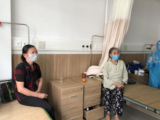 Cận cảnh bên trong khu điều trị gần 400 bệnh nhân Covid-19 và trường hợp F1 - Ảnh 14.
