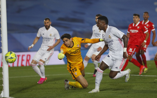 Mất điểm sân nhà, Real Madrid tố trọng tài phá hỏng cuộc đua vô địch - Ảnh 1.