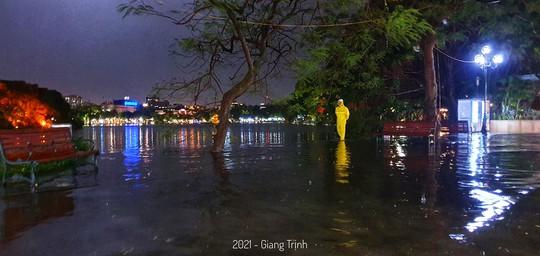 Vì sao nhiều tuyến phố quanh hồ Gươm thành sông, giao thông tê liệt sau cơn mưa vàng? - Ảnh 2.