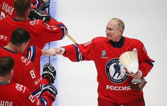 Lần đầu tái xuất trong giải khúc côn cầu ngôi sao, Tổng thống Putin gây sốt - Ảnh 3.