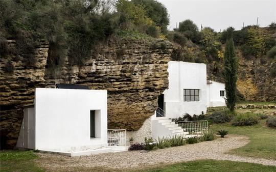 Bất ngờ với ngôi nhà đẹp ẩn mình bên khe núi - Ảnh 1.