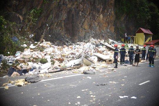 Bình Định: Ô tô chở hàng đông lạnh đâm vào vách núi, 2 tài xế tử vong tại chỗ - Ảnh 1.