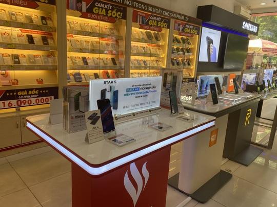 Nhiều người tìm mua điện thoại Vsmart để làm kỷ niệm - Ảnh 1.