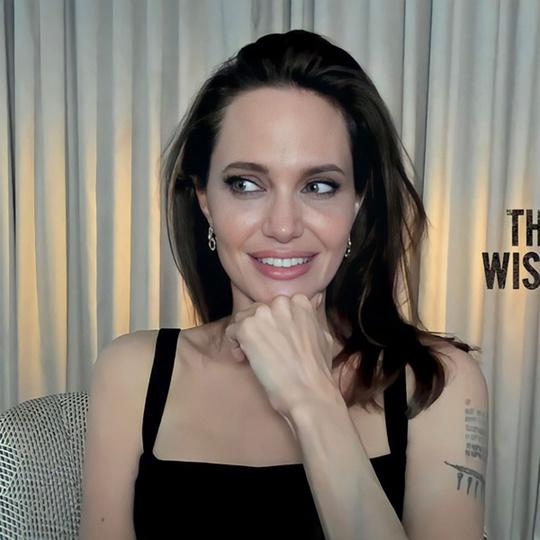 Angelina Jolie độc thân vì kén chọn người yêu - Ảnh 2.