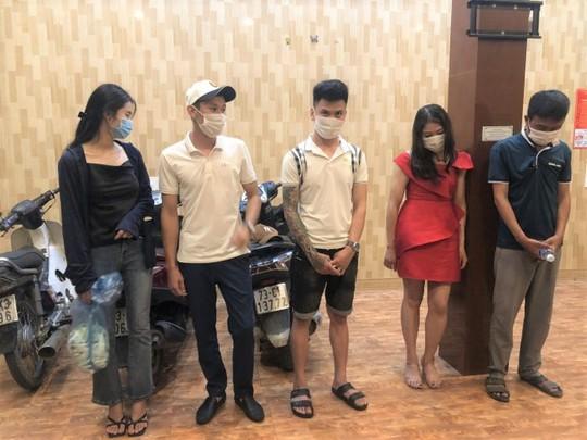 Bắt quả tang 5 thanh niên nam, nữ thuê nhà nghỉ làm chuyện mờ ám - Ảnh 1.