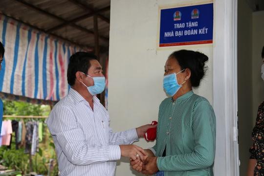 Quỹ Từ thiện Kim Oanh bàn giao 2 căn nhà tình thương tại Vĩnh Long - Ảnh 1.