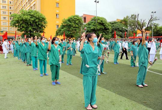 200 bác sĩ, nhân viên y tế Quảng Ninh chi viện cho Bắc Giang - Ảnh 2.