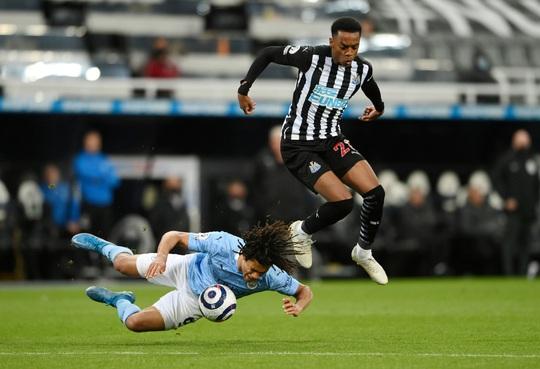 Rượt đuổi 7 bàn tại St.James's Park, sao trẻ Man City lập hat-trick mừng tân vương - Ảnh 1.