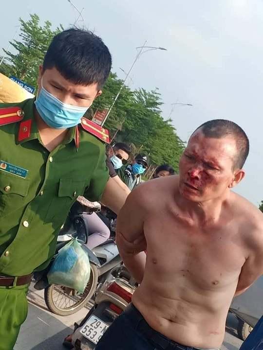 Táo tợn tấn công tài xế, cướp taxi giữa ban ngày - Ảnh 1.