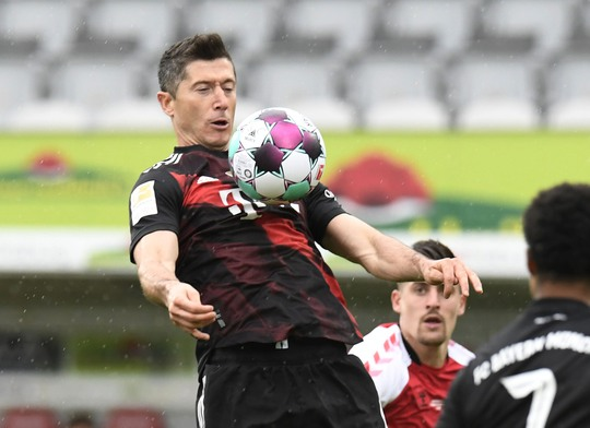 Lewandowski san bằng kỷ lục ghi bàn của huyền thoại Gerd Muller - Ảnh 2.