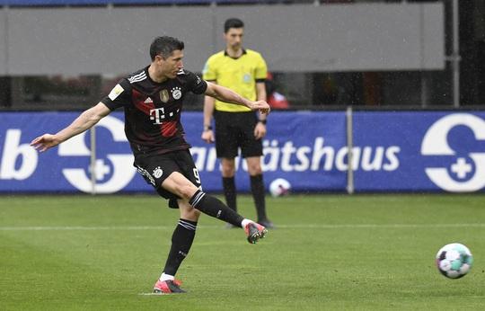 Lewandowski san bằng kỷ lục ghi bàn của huyền thoại Gerd Muller - Ảnh 3.