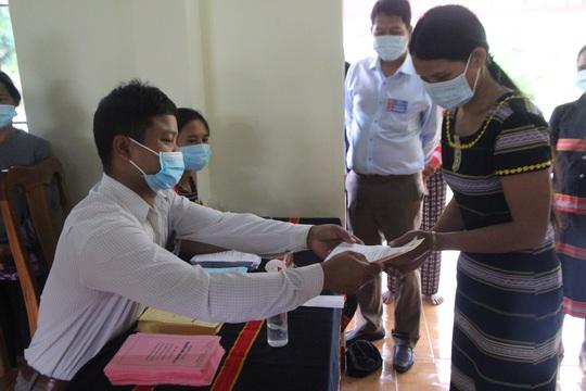 Cử tri vùng biên giới Quảng Nam hân hoan đi bầu cử sớm - Ảnh 9.