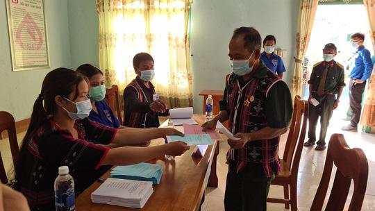Cử tri vùng biên giới Quảng Nam hân hoan đi bầu cử sớm - Ảnh 8.