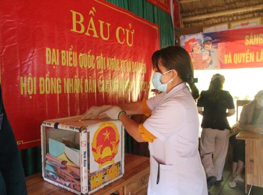 Cử tri vùng biên giới Quảng Nam hân hoan đi bầu cử sớm - Ảnh 1.