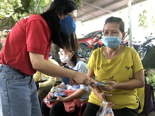 Báo Người Lao Động tặng cờ Tổ quốc, khẩu trang, nước rửa tay phòng dịch Covid-19 tại quận 12 - Ảnh 7.