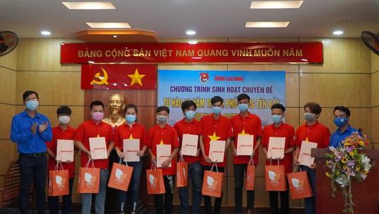 Báo Người Lao Động tặng cờ Tổ quốc, khẩu trang, nước rửa tay phòng dịch Covid-19 tại quận 12 - Ảnh 5.