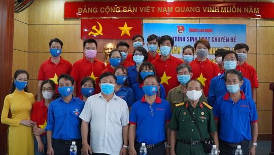 Báo Người Lao Động tặng cờ Tổ quốc, khẩu trang, nước rửa tay phòng dịch Covid-19 tại quận 12 - Ảnh 9.