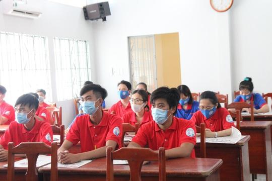 Báo Người Lao Động tặng cờ Tổ quốc, khẩu trang, nước rửa tay phòng dịch Covid-19 tại quận 12 - Ảnh 2.