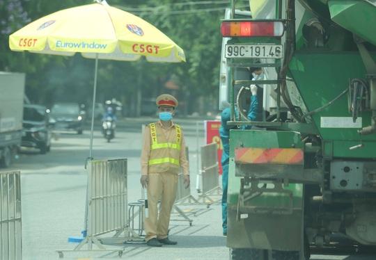 CLIP: Lập chốt giãn cách xã hội toàn huyện Việt Yên có ổ dịch Công ty Hosiden - Ảnh 5.