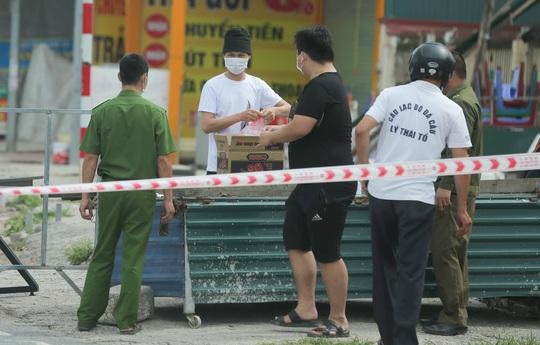 CLIP: Lập chốt giãn cách xã hội toàn huyện Việt Yên có ổ dịch Công ty Hosiden - Ảnh 16.