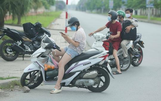 CLIP: Lập chốt giãn cách xã hội toàn huyện Việt Yên có ổ dịch Công ty Hosiden - Ảnh 14.