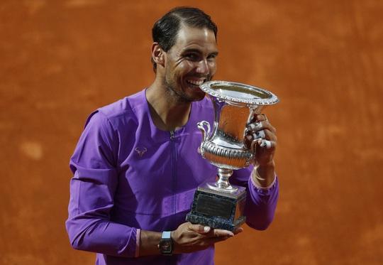 Rafael Nadal vượt mặt Roger Federer - Ảnh 1.