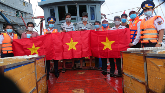 Thêm 1.000 lá cờ Tổ quốc đến với ngư dân Phú Quốc - Ảnh 5.