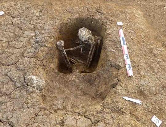 Xây nhà, phát hiện... 113 ngôi mộ cổ ngàn năm của tộc người bí ẩn - Ảnh 2.