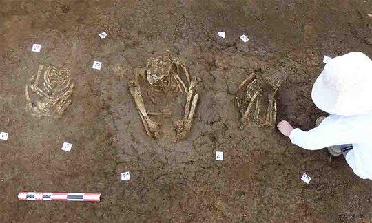 Xây nhà, phát hiện... 113 ngôi mộ cổ ngàn năm của tộc người bí ẩn - Ảnh 1.