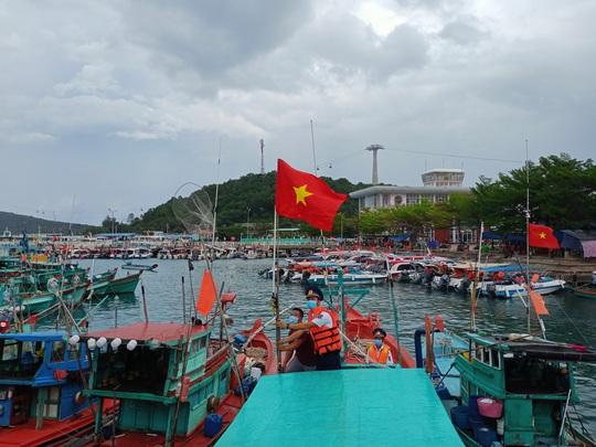 Thêm 1.000 lá cờ Tổ quốc đến với ngư dân Phú Quốc - Ảnh 8.